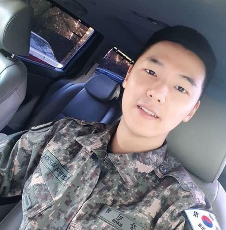 カン・ミンヒョクの入隊中の画像